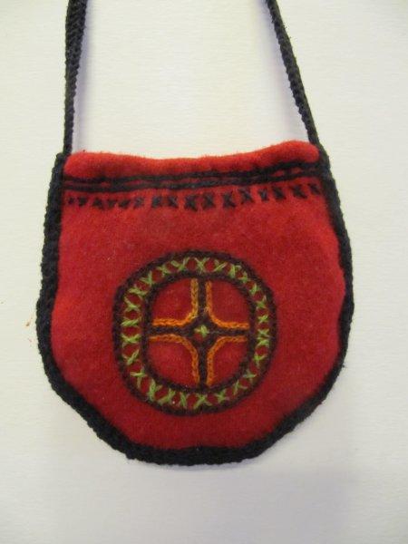Vanhat Vanuneet-pieni punainen pussukka villapaidasta ja olkatoppauksista