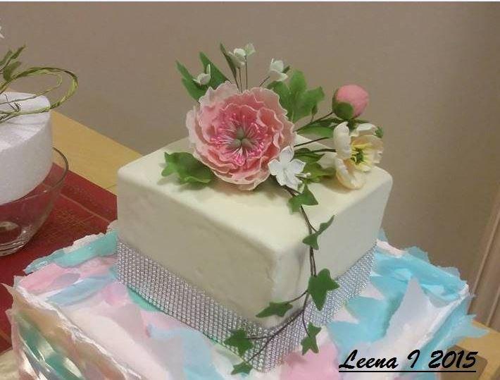 6 Langoitetut sokerimassatyoet kakun koristelua